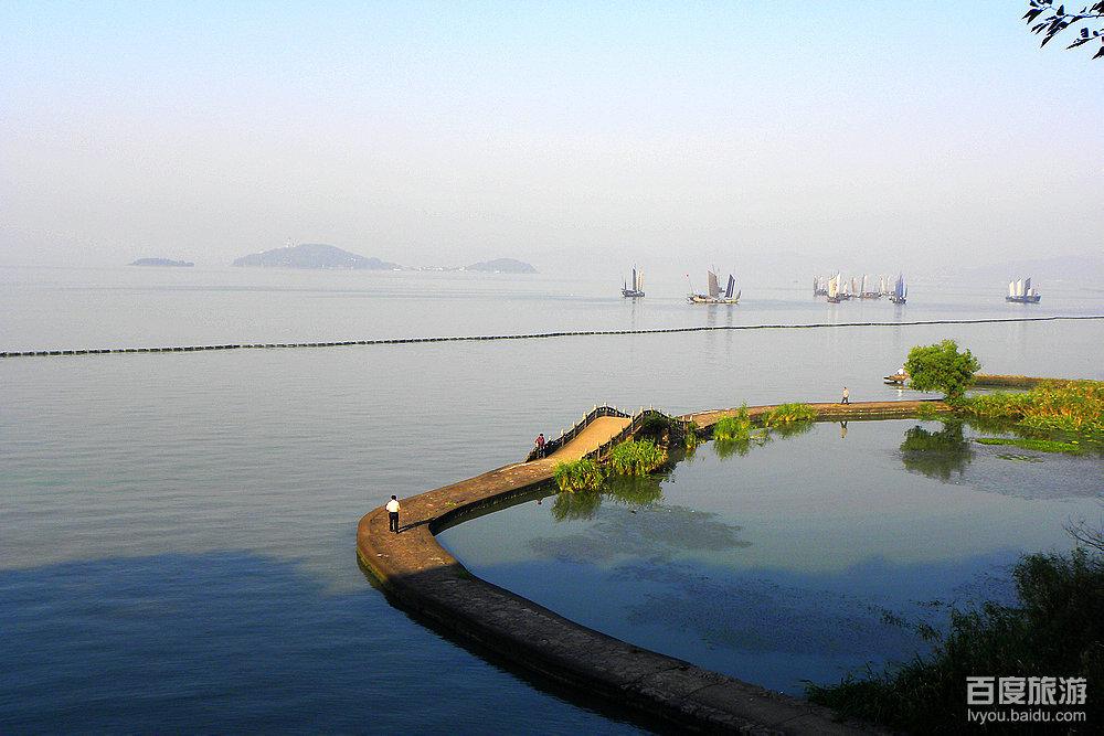太湖鼋头渚风景区位于江苏省无锡市西南.
