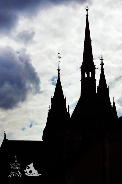 教堂钟楼的剪影有着哥特风黑暗城堡的即视感.图片