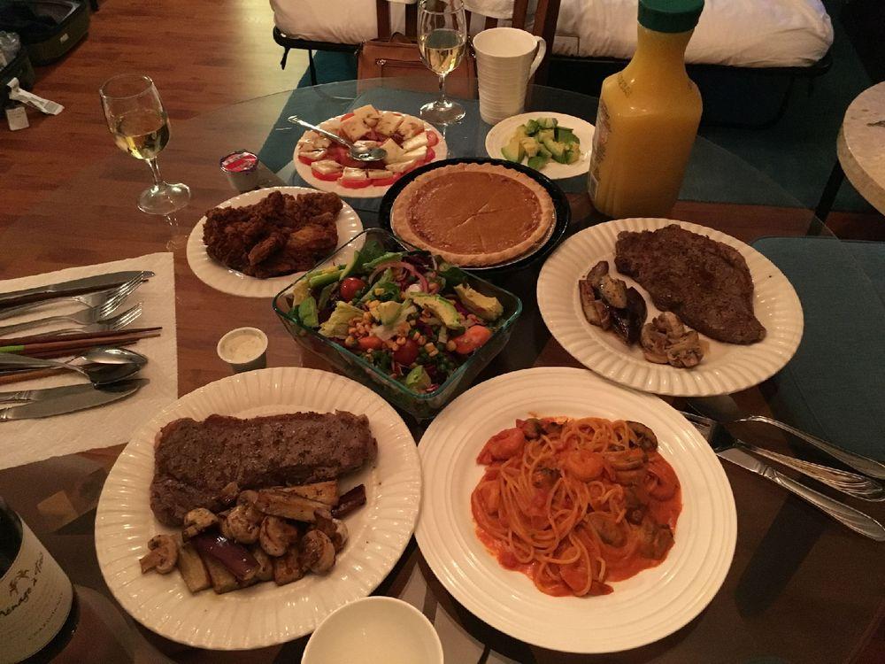 一顿丰富的自制晚餐图片
