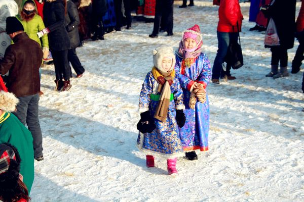 雀跃的蒙古小朋友图片