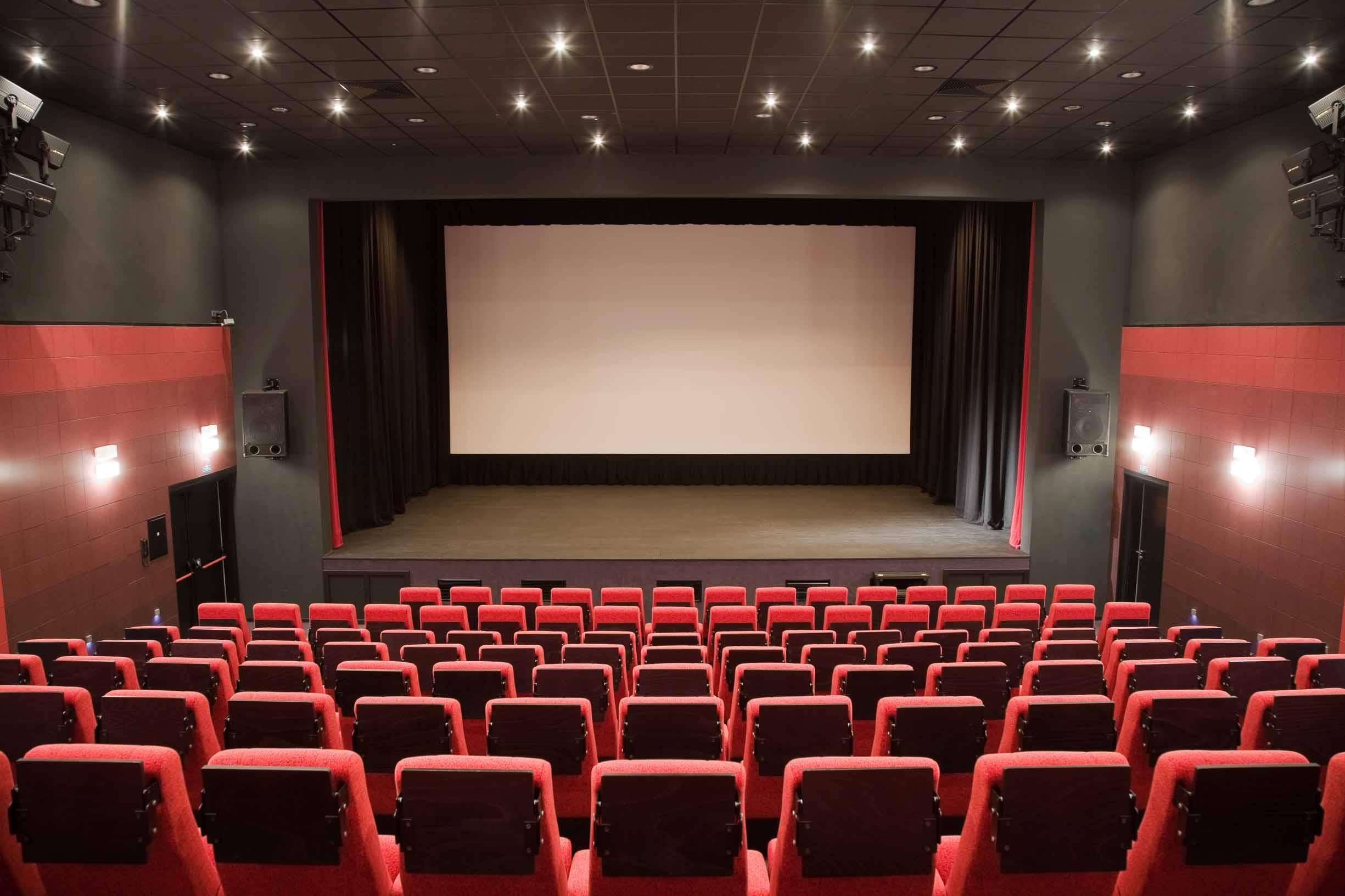 在电影院观看电影时最不能忍受哪种人?