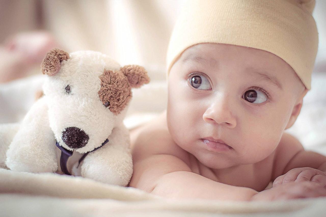 可爱小孩睁眼睡觉图片