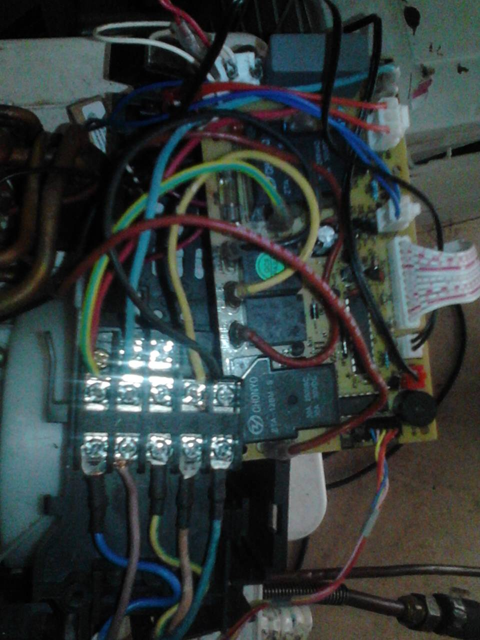 空调内机主板坏了,换了快外机不动了,检查下外机接线柱上没电,请各位