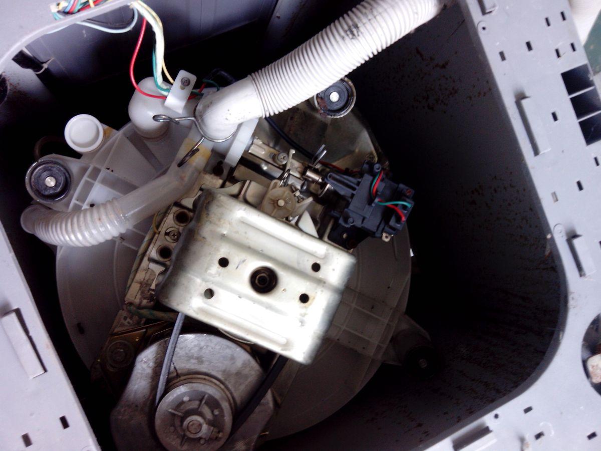 全自动洗衣机不排水,请问如何修理. 底盖已经打开如图