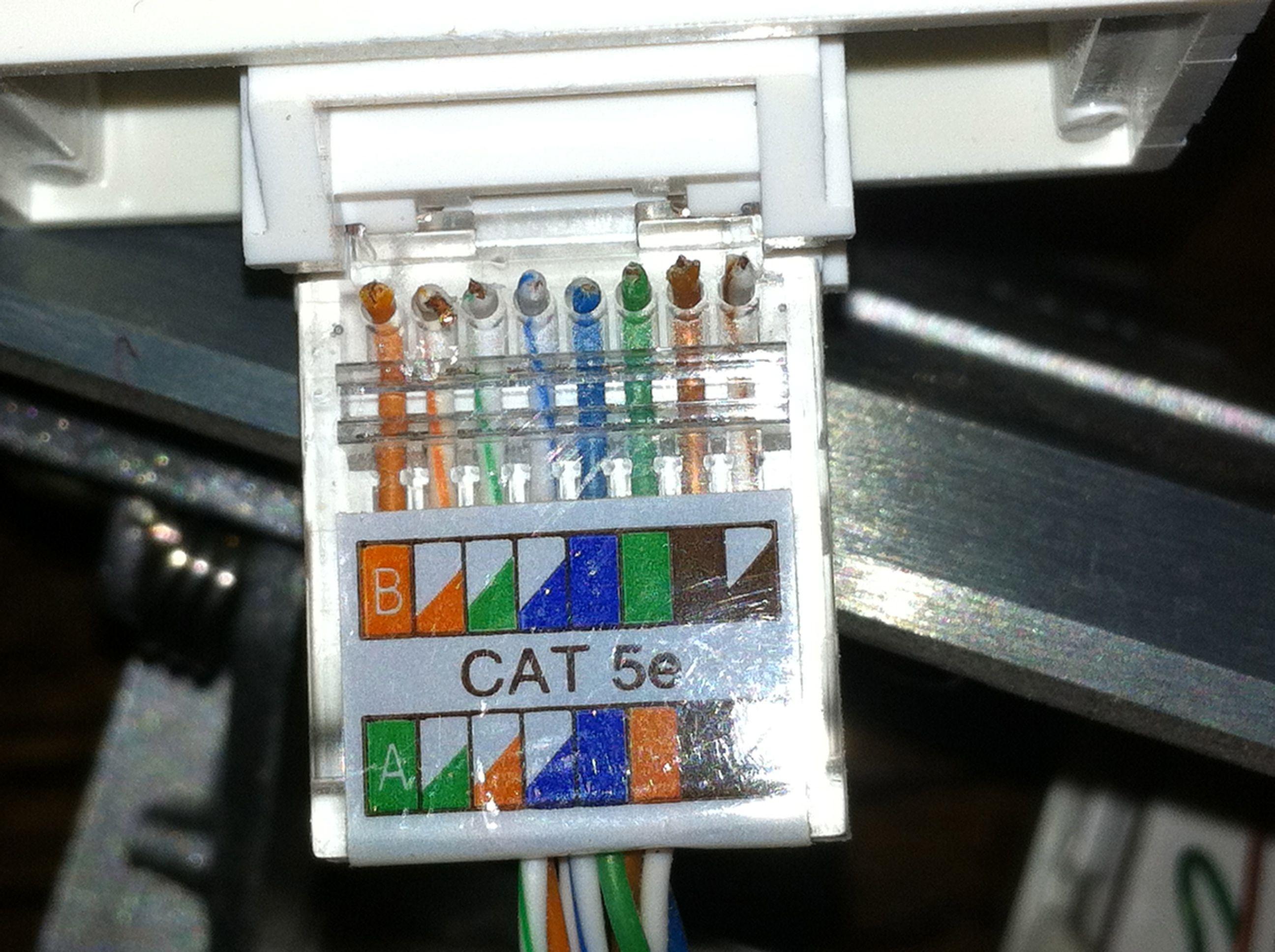 西蒙网络面板接线的另一头(接路由器)水晶头排线是按照西蒙面板上的