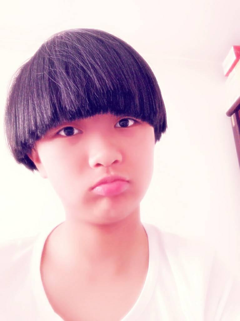 我12岁,锅盖头~想把头发扎起来可是不知道怎么扎,要把刘海梳上去图片