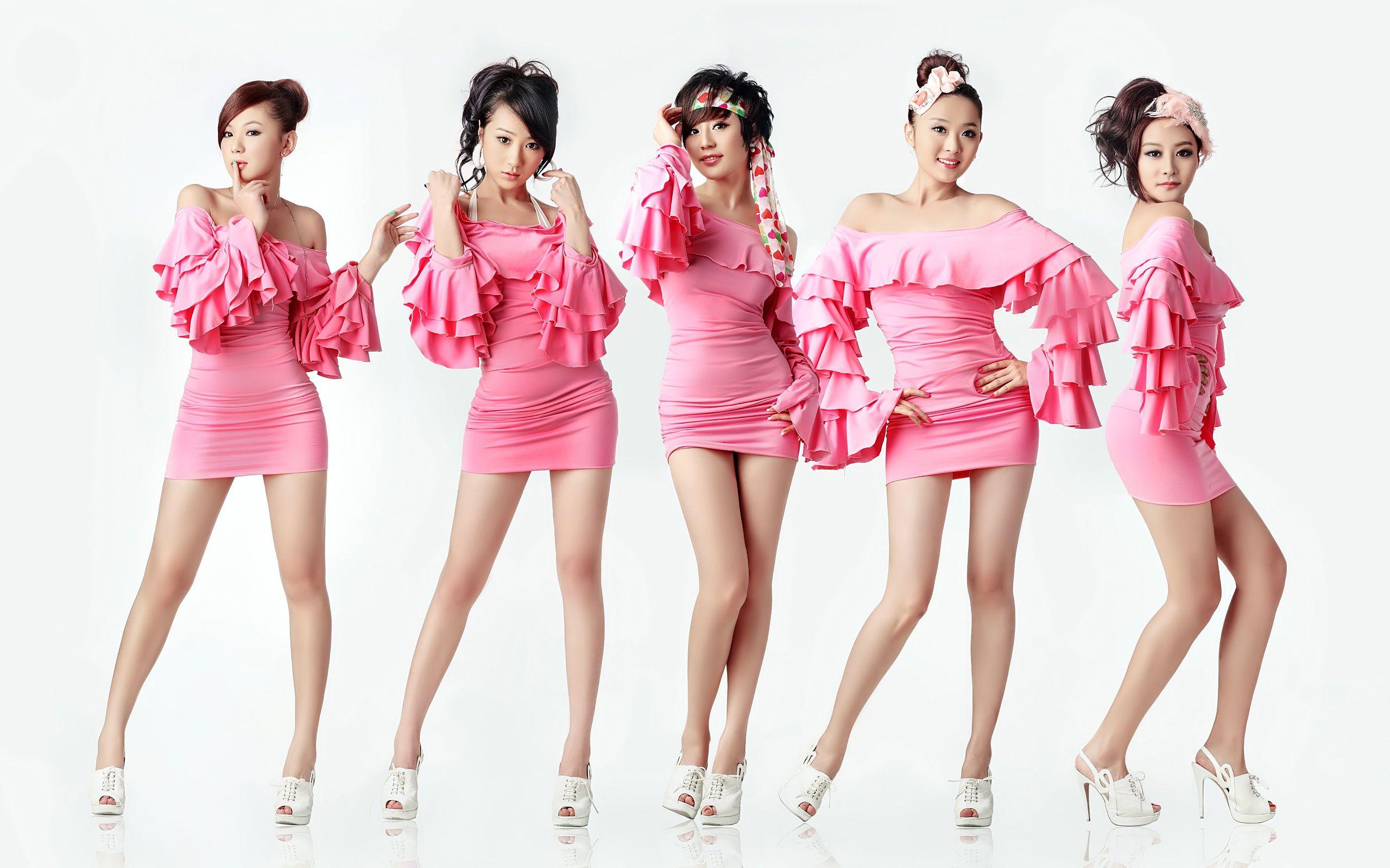 只有美女两个字图片_五个穿粉色连衣裙的美女给我一张原图 我的一张不清晰