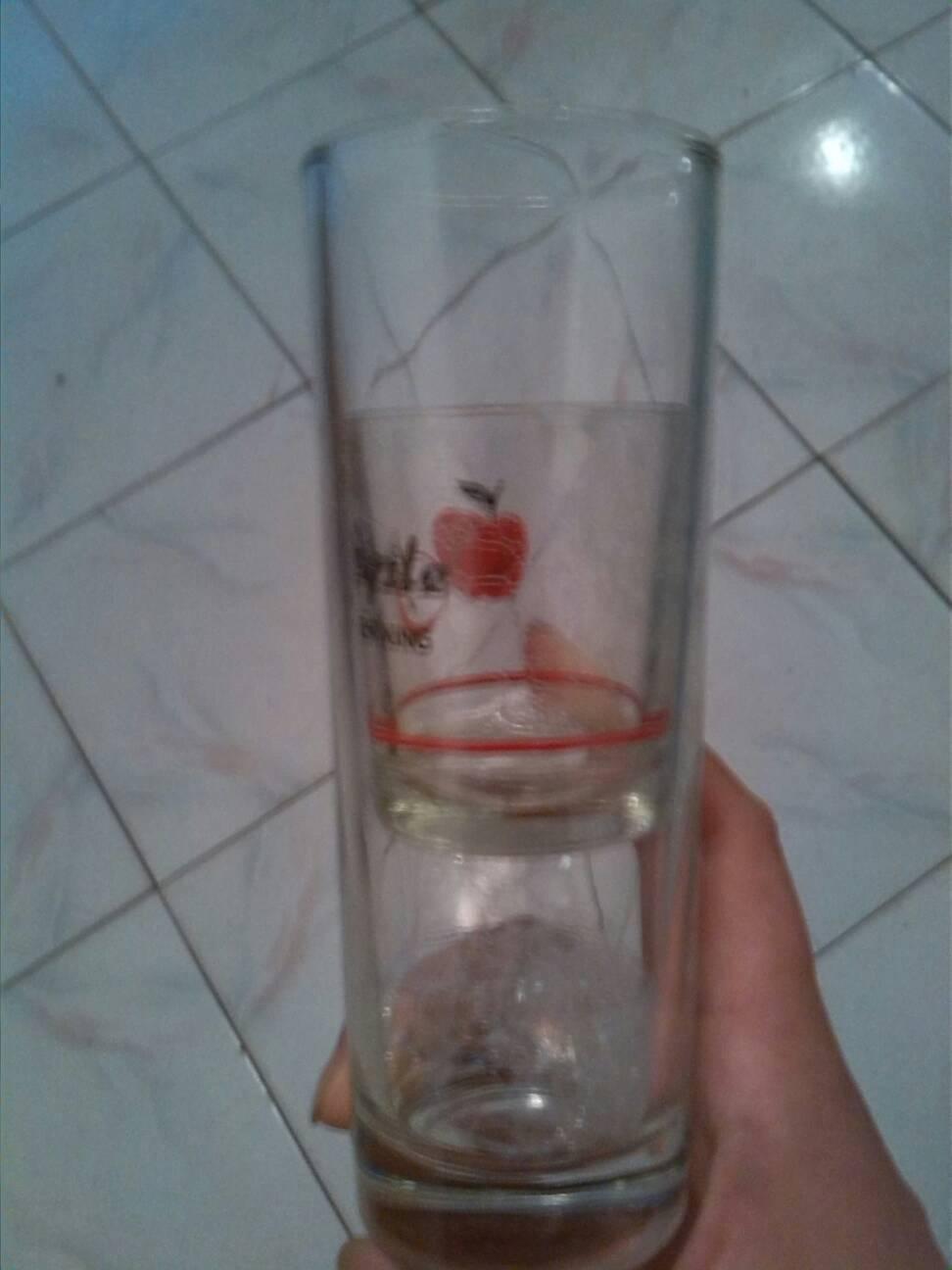 儿子把小玻璃杯放进大玻璃杯了,怎么也拿不出来了,求办法!图片
