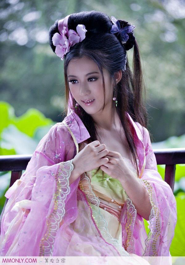 穿古装衣服的美女图片,像真人那种哦,就是这种的有吗