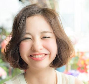 头发很少很细很软的圆脸女人适合什么发型?短发可以吗
