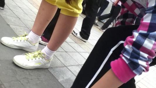 脱下袜子的鞋和女生抚摸文章的脚女生女生会怀孕17男生强奸吗图片