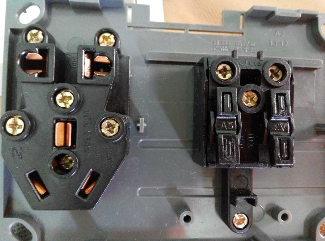 两个开关分别控制两个灯的五孔插座如何接线?急!