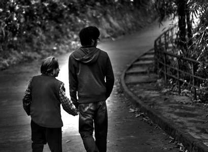 就是一张黑白照片,里面是一对情侣牵手的背影,男孩上衣穿着黑色的西装