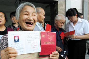 展开全部 你缴纳养老保险每一年是2000元,15年是3万,你到法定退休
