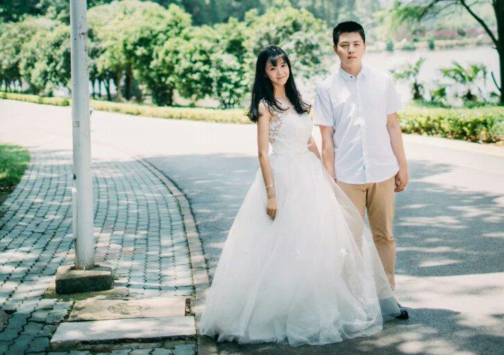 求一对情侣头像,两人一张黑白的,穿的婚纱,是正脸,有点霸气的感觉