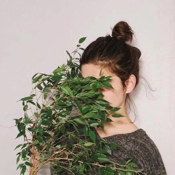 要小清新的森系女生头像 拿一支红玫瑰花挡住一只眼睛