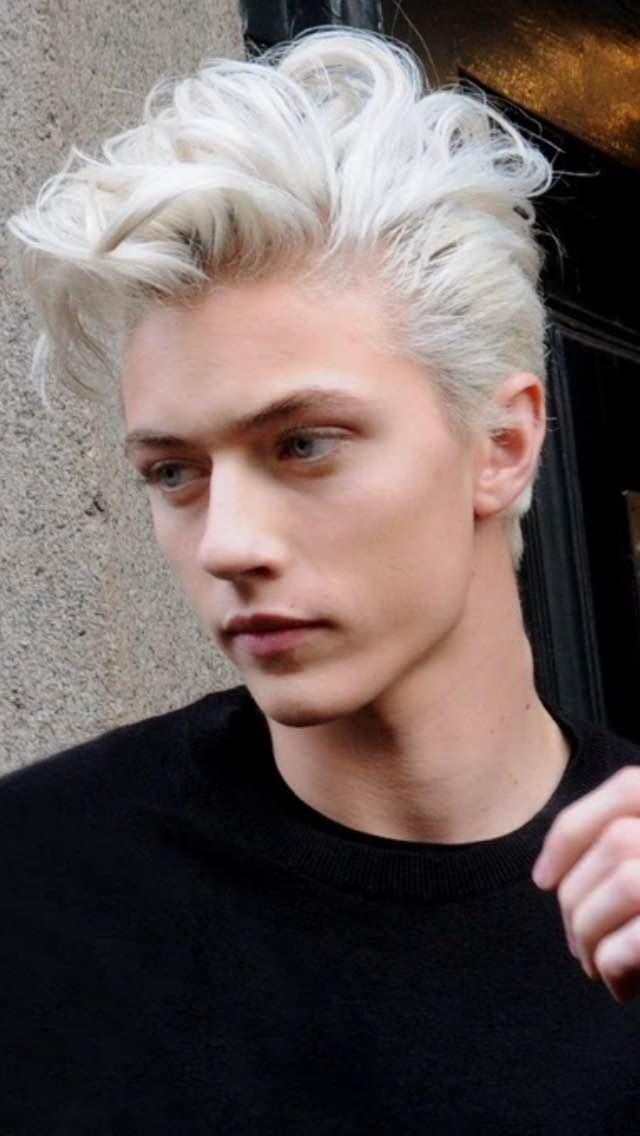 外国的银白头发的男模,请问这图上的是谁?请大神们帮看看图片