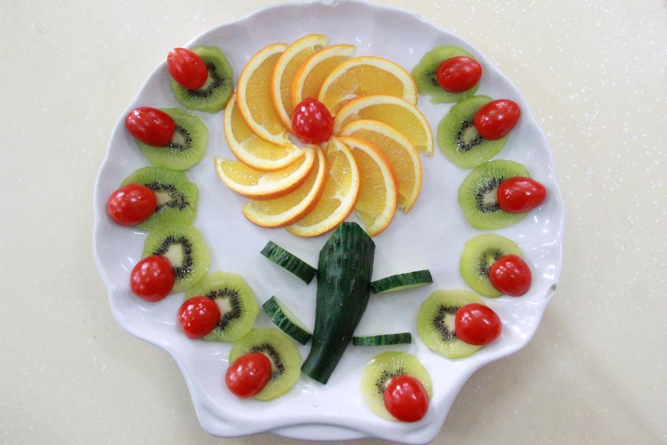 创意水果拼盘是由猕猴桃,橘子,香蕉等主要食材做成的一道菜品.图片
