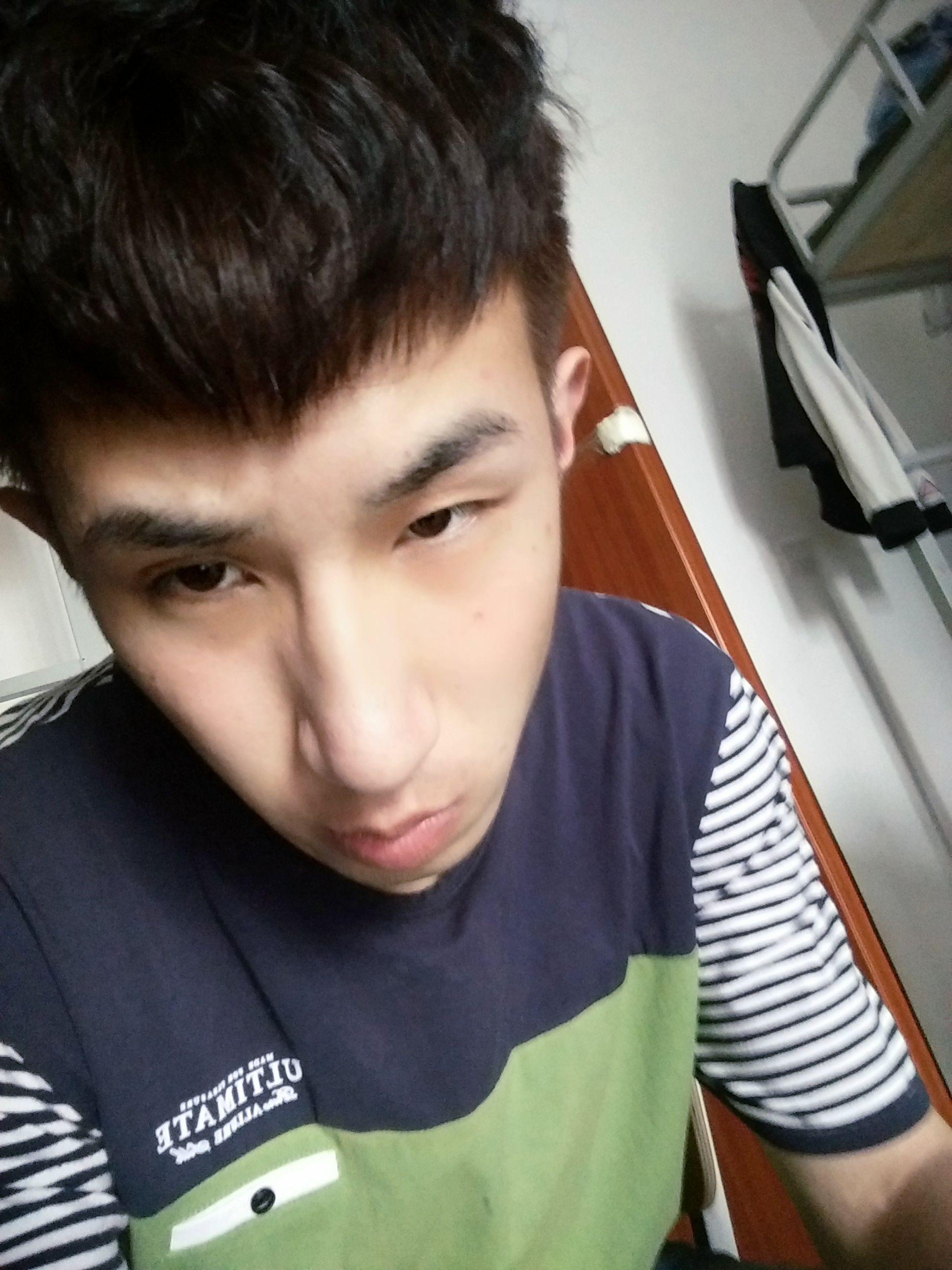 大鼻子小眼睛嘴唇厚脸长的男生适合什么发型?图片
