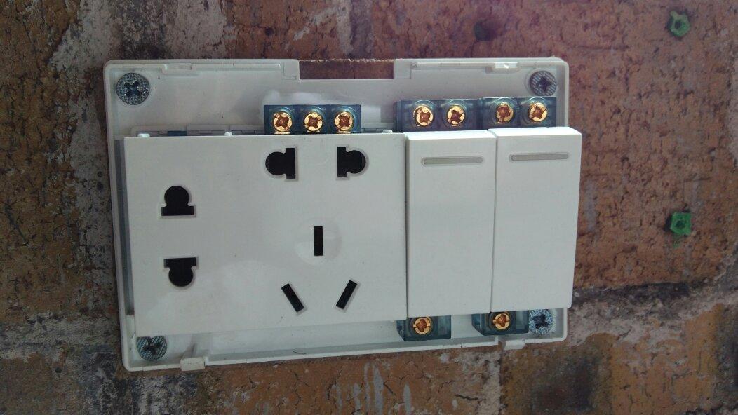 两个开关,两个灯泡,一个双孔插座,四根电线怎么接?