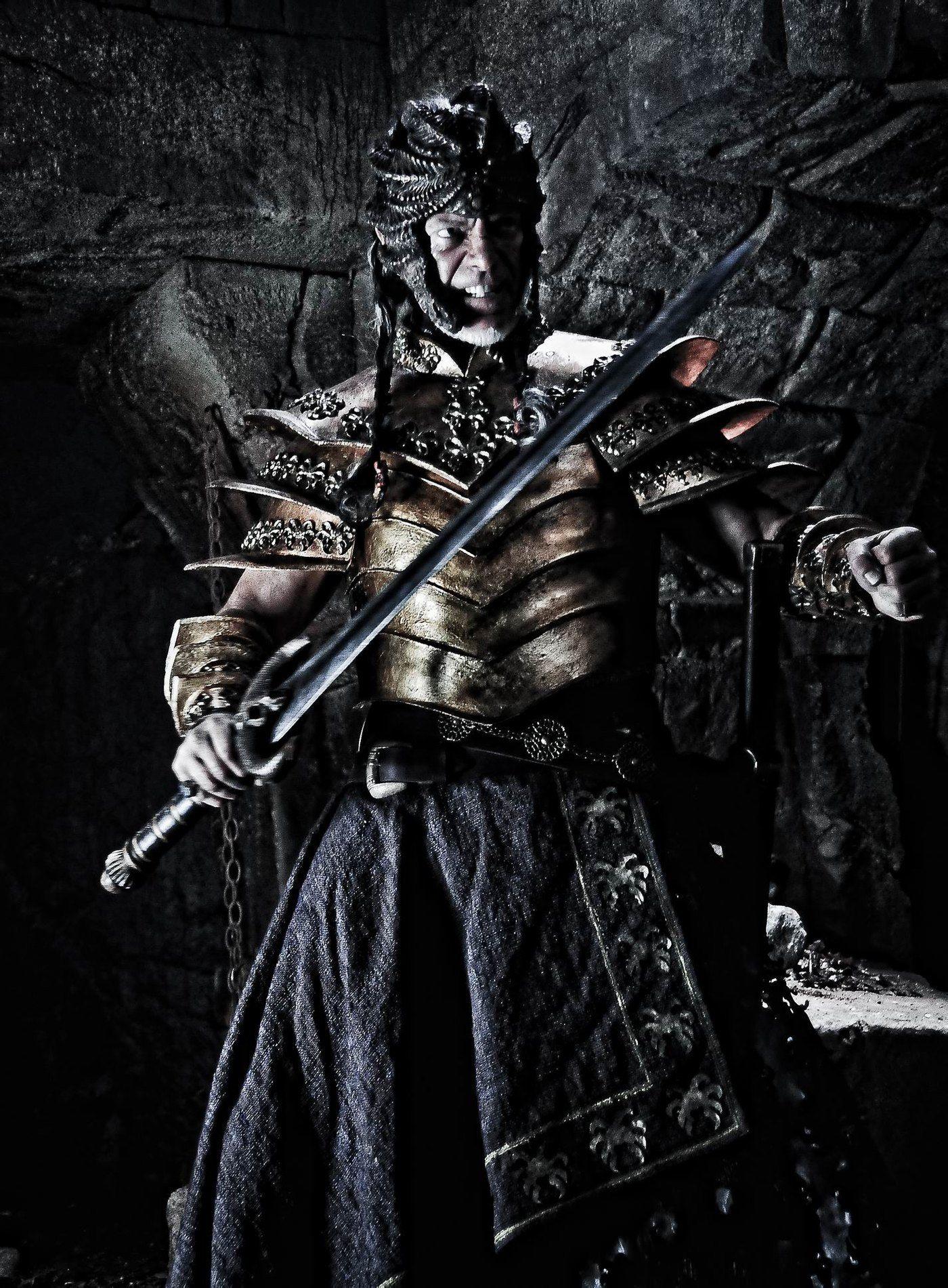 找一张图片,黑色背景,带有剑,有王者气势的那种,要大图120k以上的图片