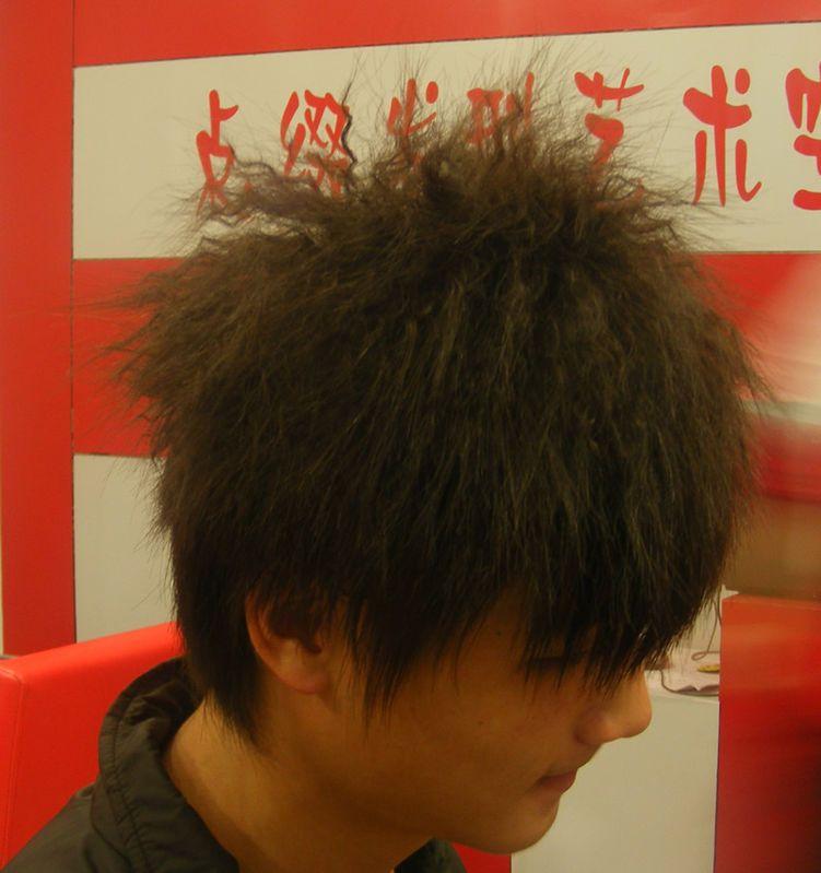 男生我做了一个锡纸烫洗头的时候发现有很多头皮屑很大块那种粘在头发图片