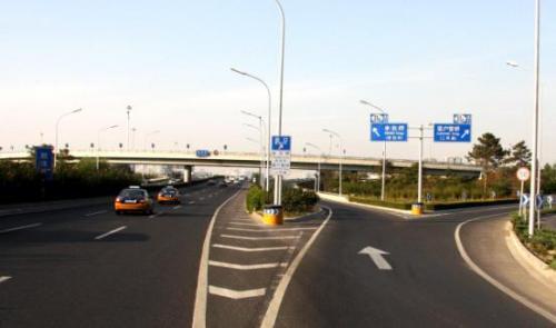 在三岔路口或十字路口怎么看红绿灯?