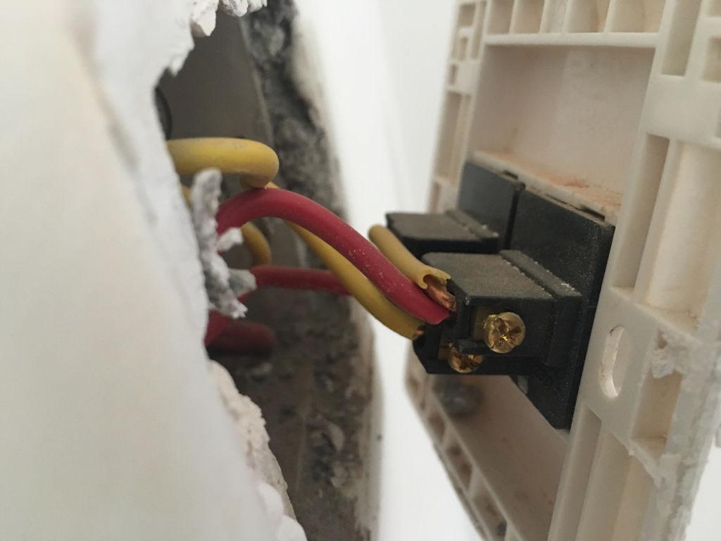 两开单控的开关怎么接线控制两个灯呢,后面是三个孔的