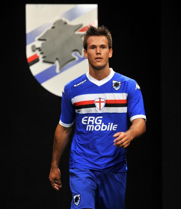 介绍一个好看的足球队服(不要曼联,皇马,意大利之类的图片