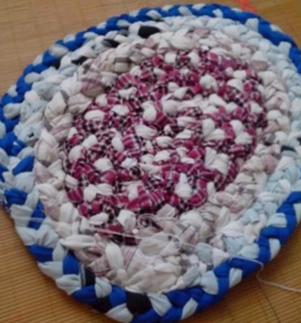 如何diy用旧衣服编织的地毯坐垫方法图解