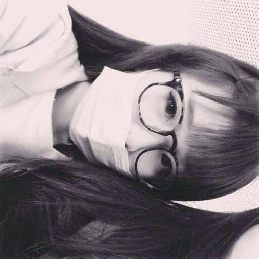 qq头像女生带口罩黑白扎头发