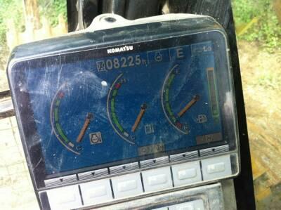 这是小松240挖掘机仪表,上面那三个指针分别代表什么意思,,最右边哪个