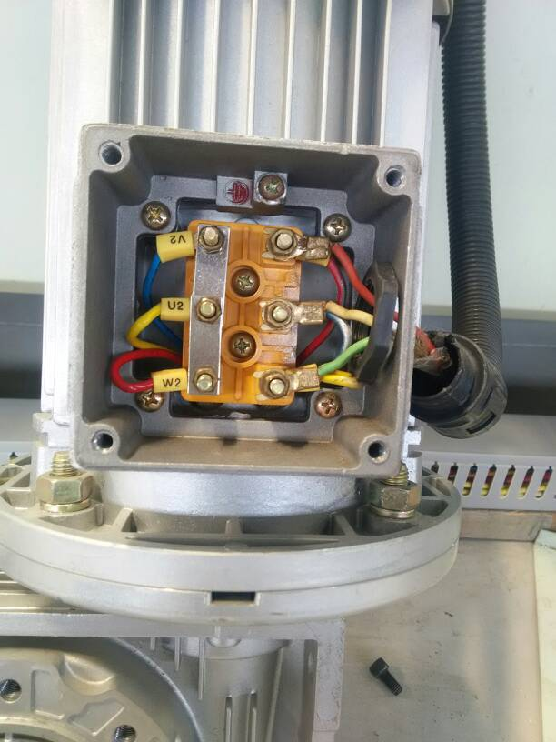 这个三厢电电机接线图怎么看?三根进线,为什么左边三