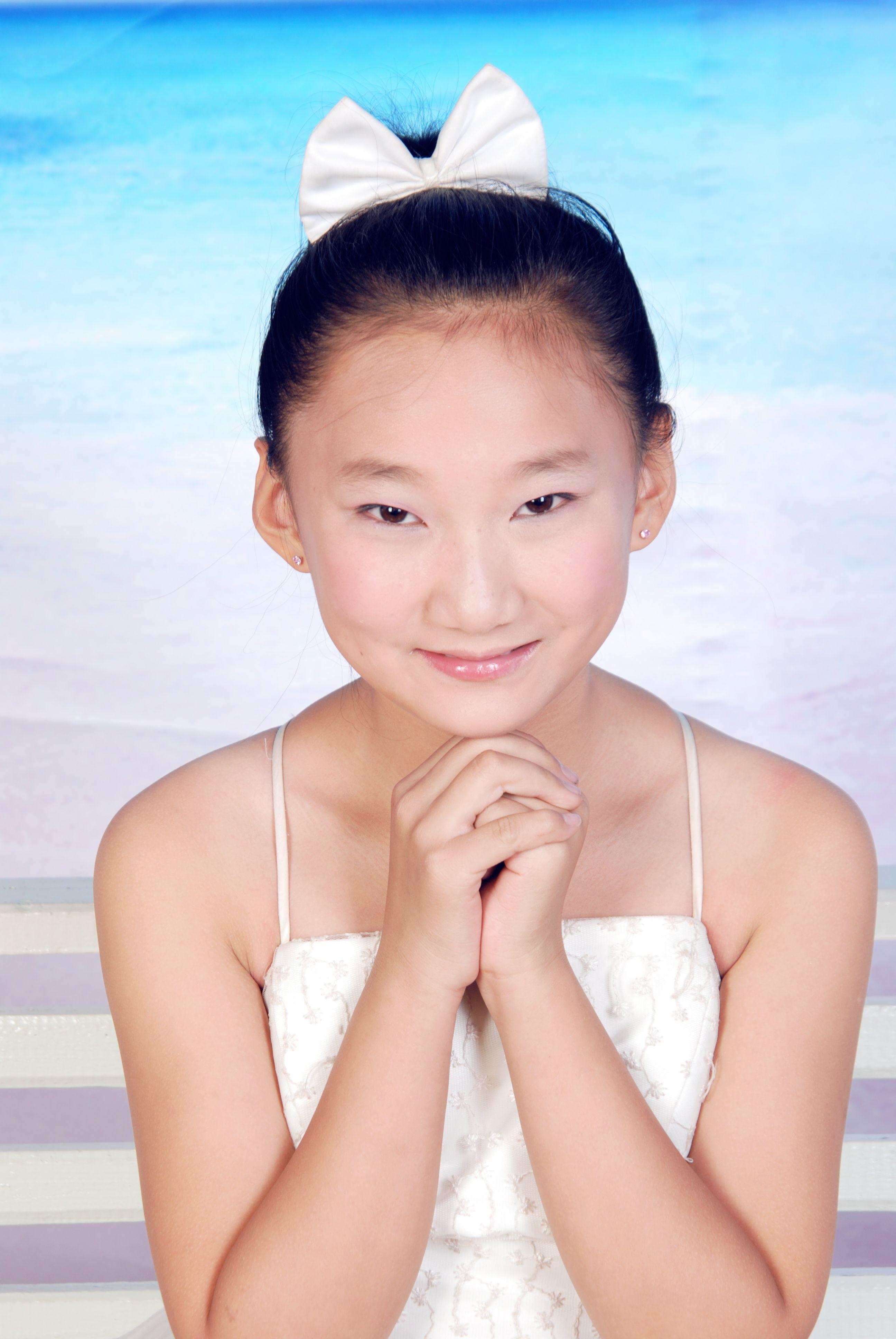 我今年13岁是中学生请问我适合留刘海还是露出额头适合留长发扎马尾图片