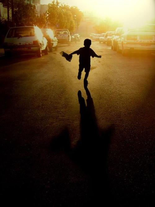 求一副画 ,一个小男孩在一条马路上奔跑的背影.