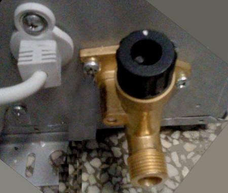海尔燃气热水器jsq20-e2(12t) 进水口的黑色旋钮是干什么用的?图片