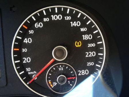 速腾车仪表盘里形状像小灯泡里面有个叹号的指示灯亮了是怎么回事呢?图片