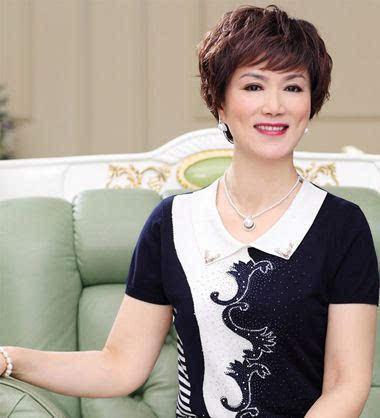 打理成分头短烫发发型, 蓬松精致中展现时尚,尽显老年女士的优雅与