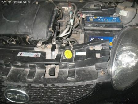 请问比亚迪的f0防冻液在哪加,是这个黄盖子还是右边这个电瓶下面的