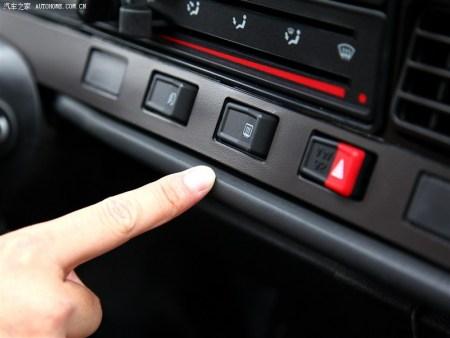 """图片中普桑中控这个按键是吧?这是""""后窗电加热(也称:后窗除雾)""""按键."""