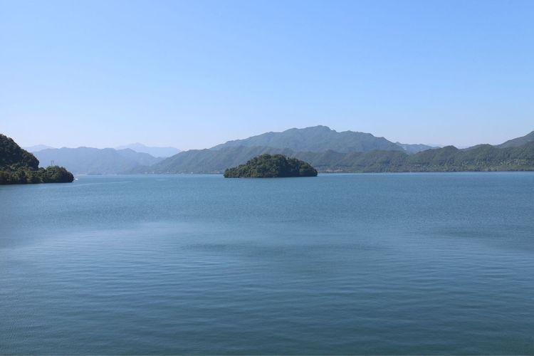 水库中的孤岛图片