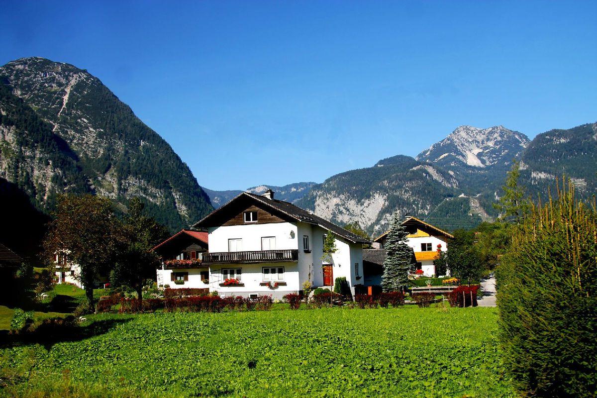 小镇不大,宁静清秀,美丽的小房子点缀在青山绿草中.图片