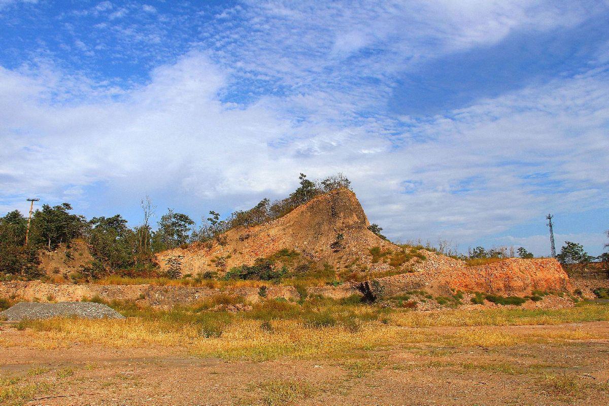 因为炭矿而变形的土丘.图片