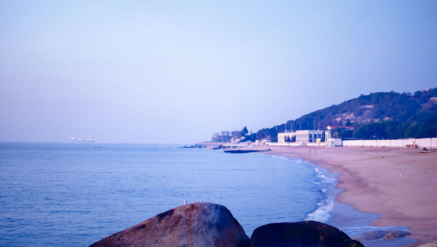 晨曦中的海边图片
