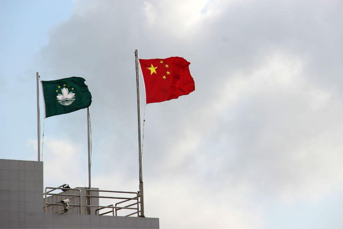 澳门的莲花区旗和五星红旗和谐着飘舞.图片
