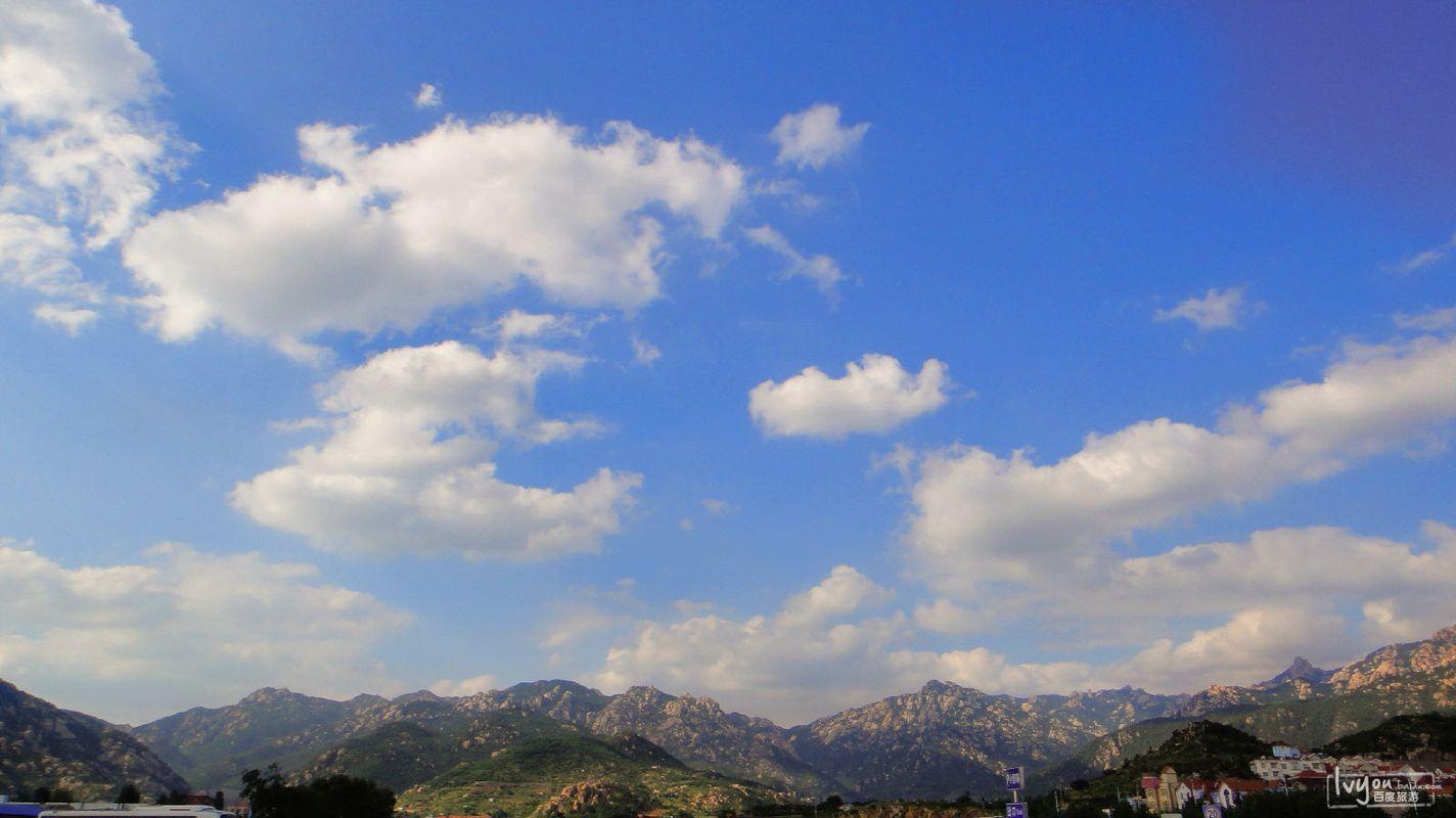 环绕四周连绵起伏的山峦,仰望飘满白云的蓝天,仿佛进入了仙境般!图片
