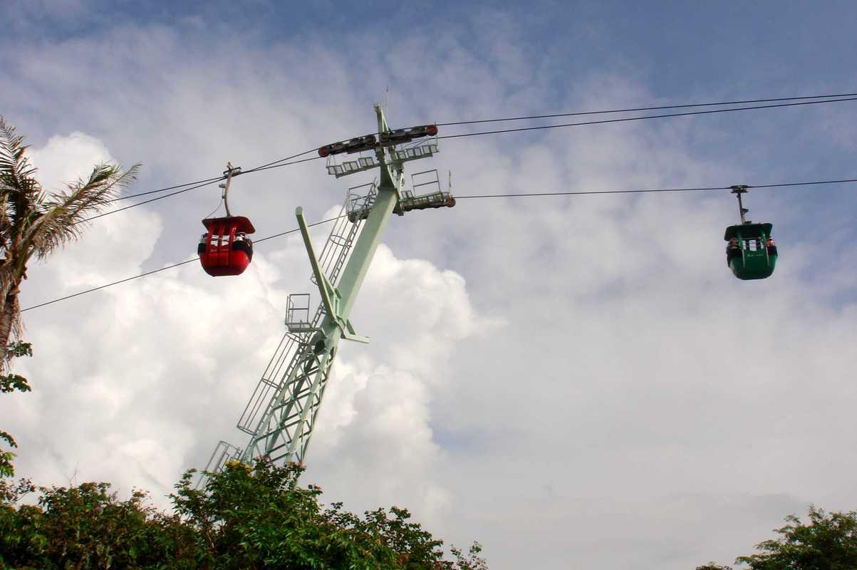 通往猴岛的缆车,据说是最长的跨海索道图片