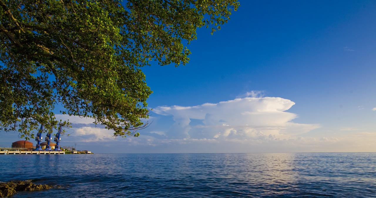 的如_清丽的海面,像极了一张碧绿,透明的玻璃纸,绿得如翠,亮得如玉.图片