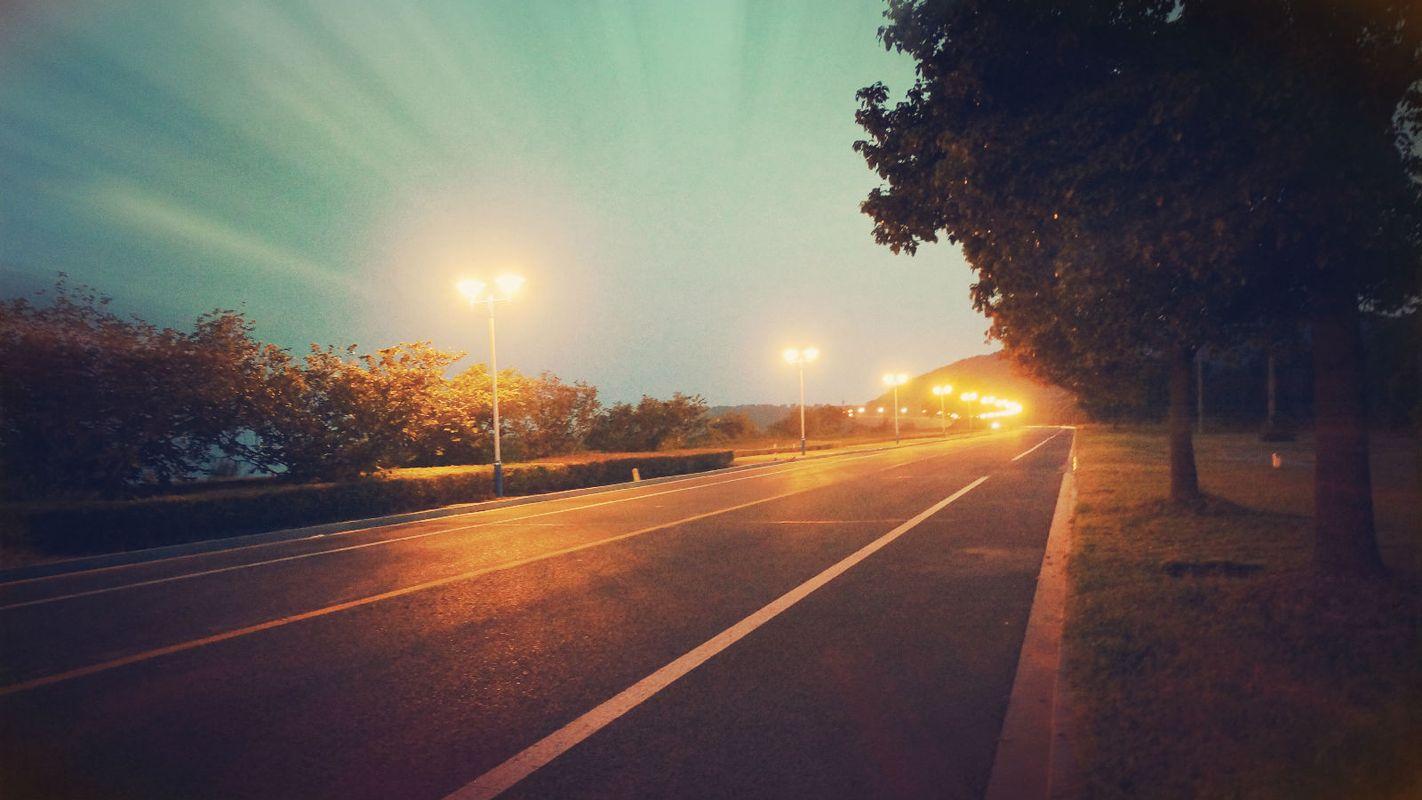 夜晚的环太湖大道图片
