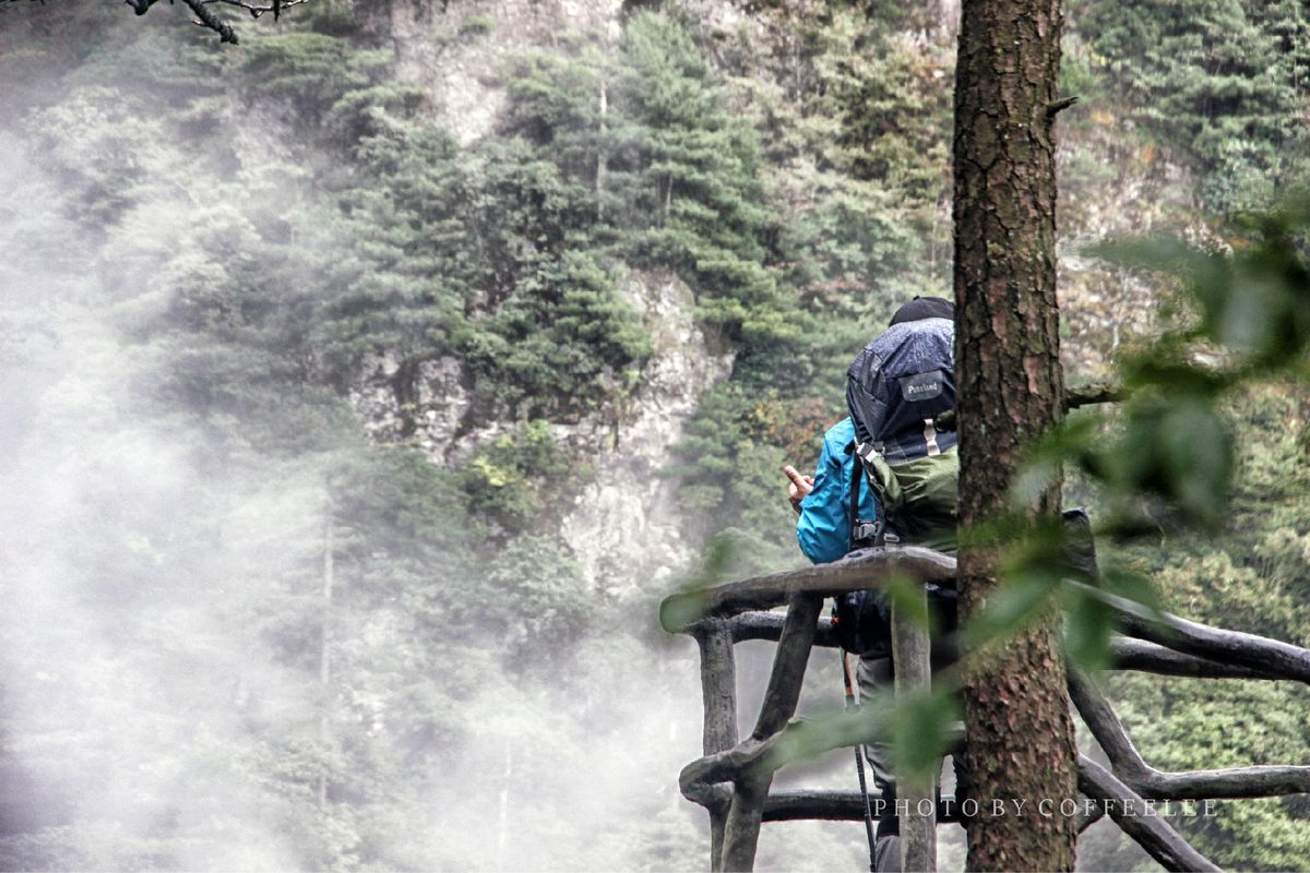 登山者背影图片